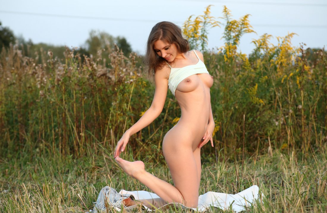 EroticBeauty - Galina A - In The Feild - 03 Nov, 2019, pic 5
